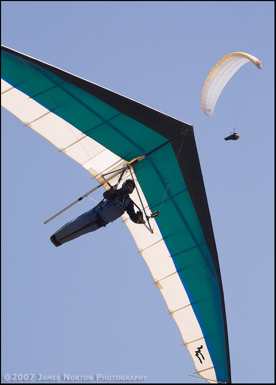 Hang Glider and Paraglider Pilot Soar Over Chelan Butte